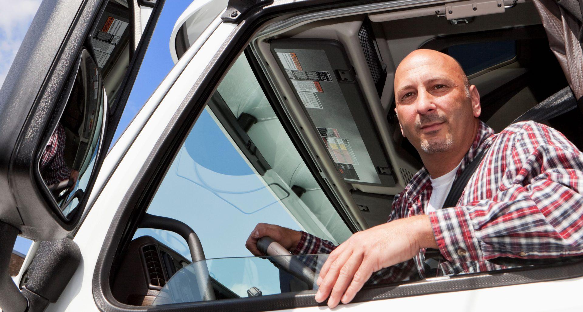 Kraftfahrer sitzt im Führerhaus eines Lkw