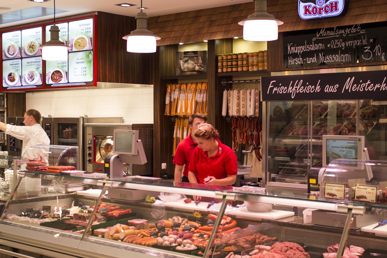 Die sieben Meter lange Frischetheke verführt mit einem riesigen regionalen Fleisch- und Wurstangebot.