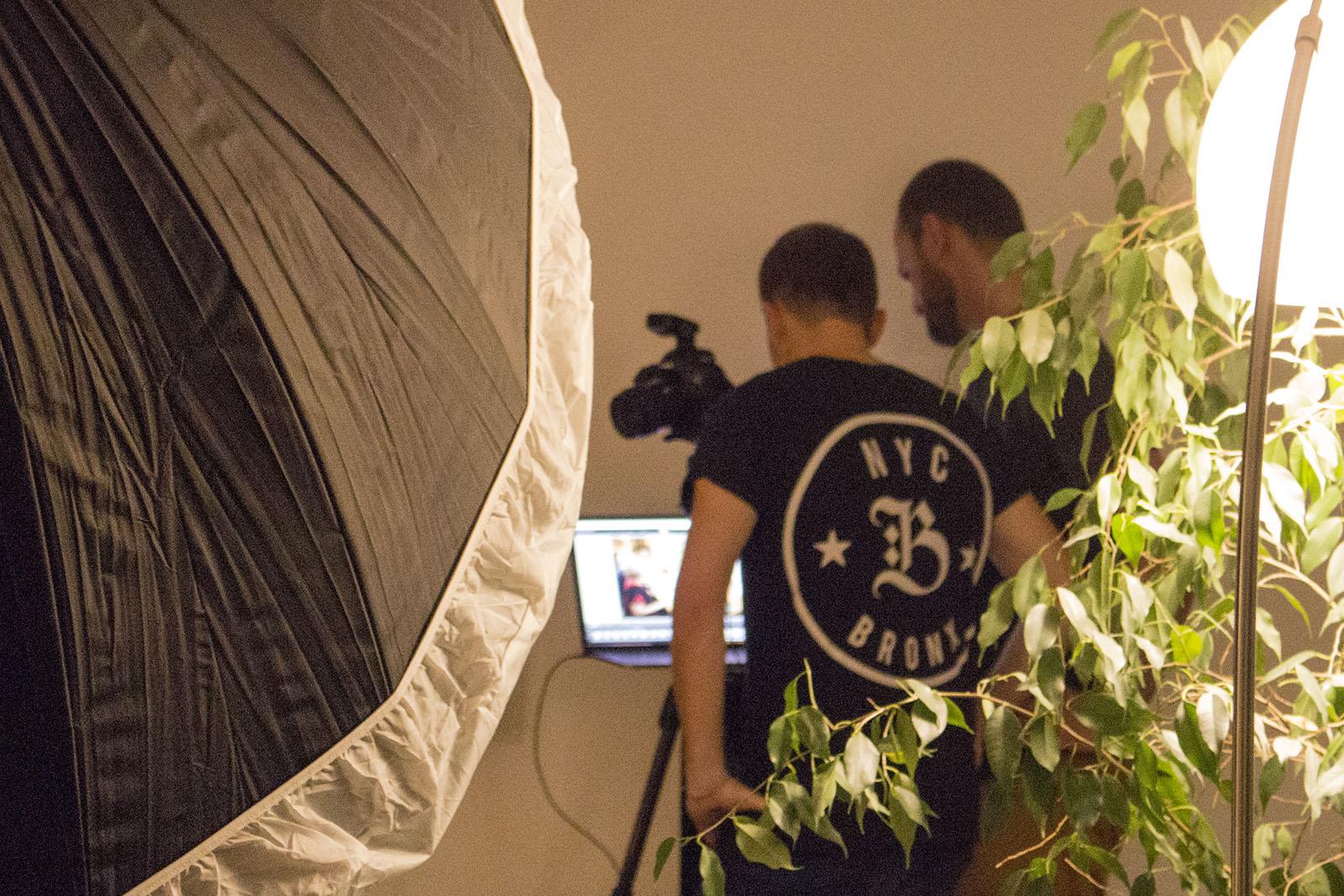 Fotograf und Art Director checken die Kameraeinstellung.