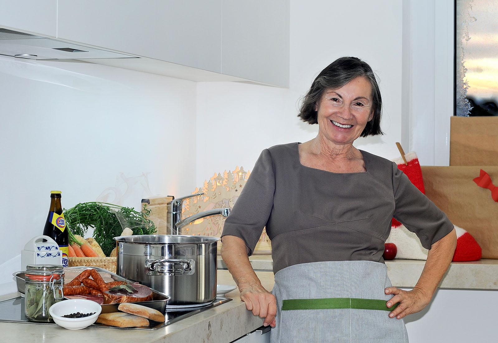 Ursula Korch steht am Herd und kocht Pfefferkuchensoße nach die traditionell schlesischem Rezept.