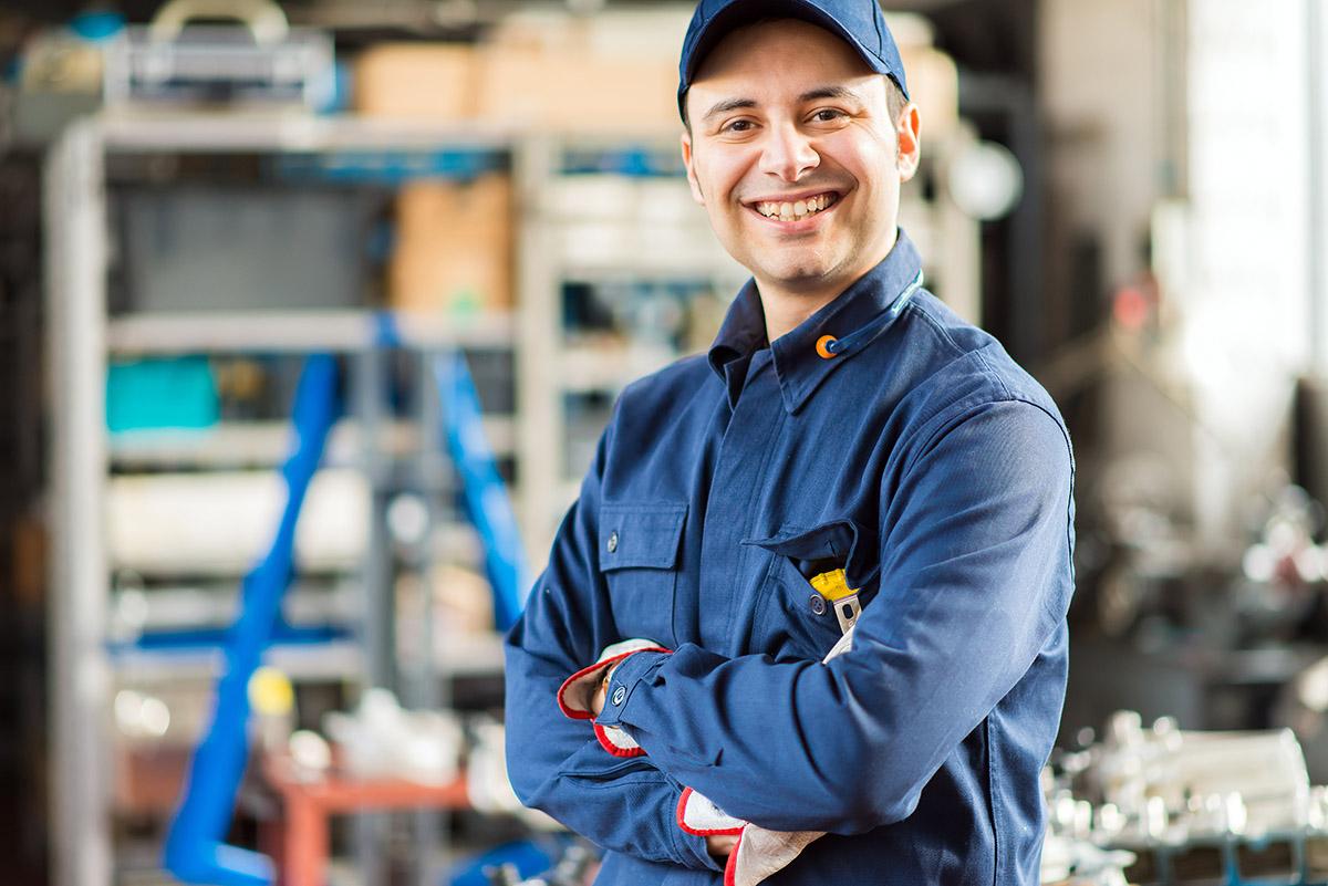 Lächelnder Wartungstechniker im Blaumann