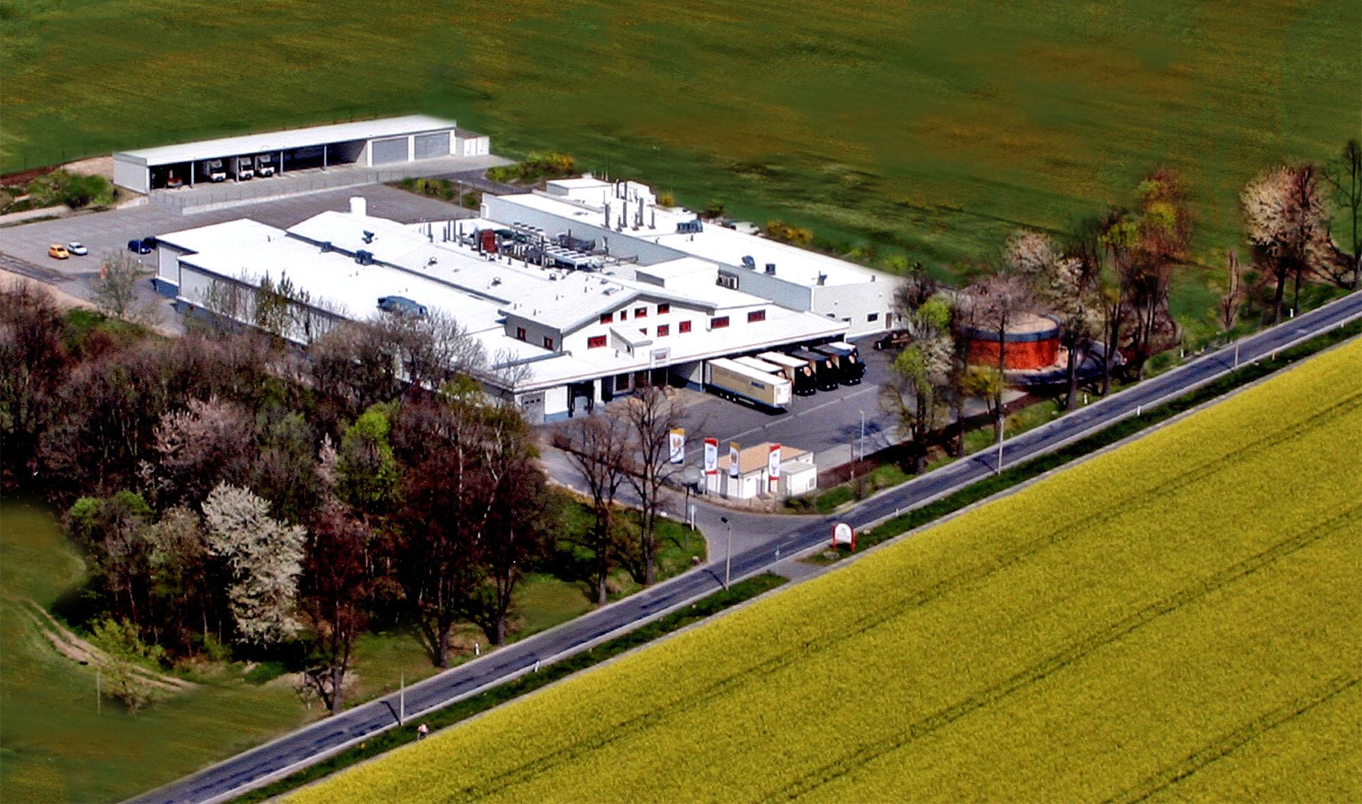 Die strahlend weißen Produktionshallen von Korch am Stadtrand von Radeberg.
