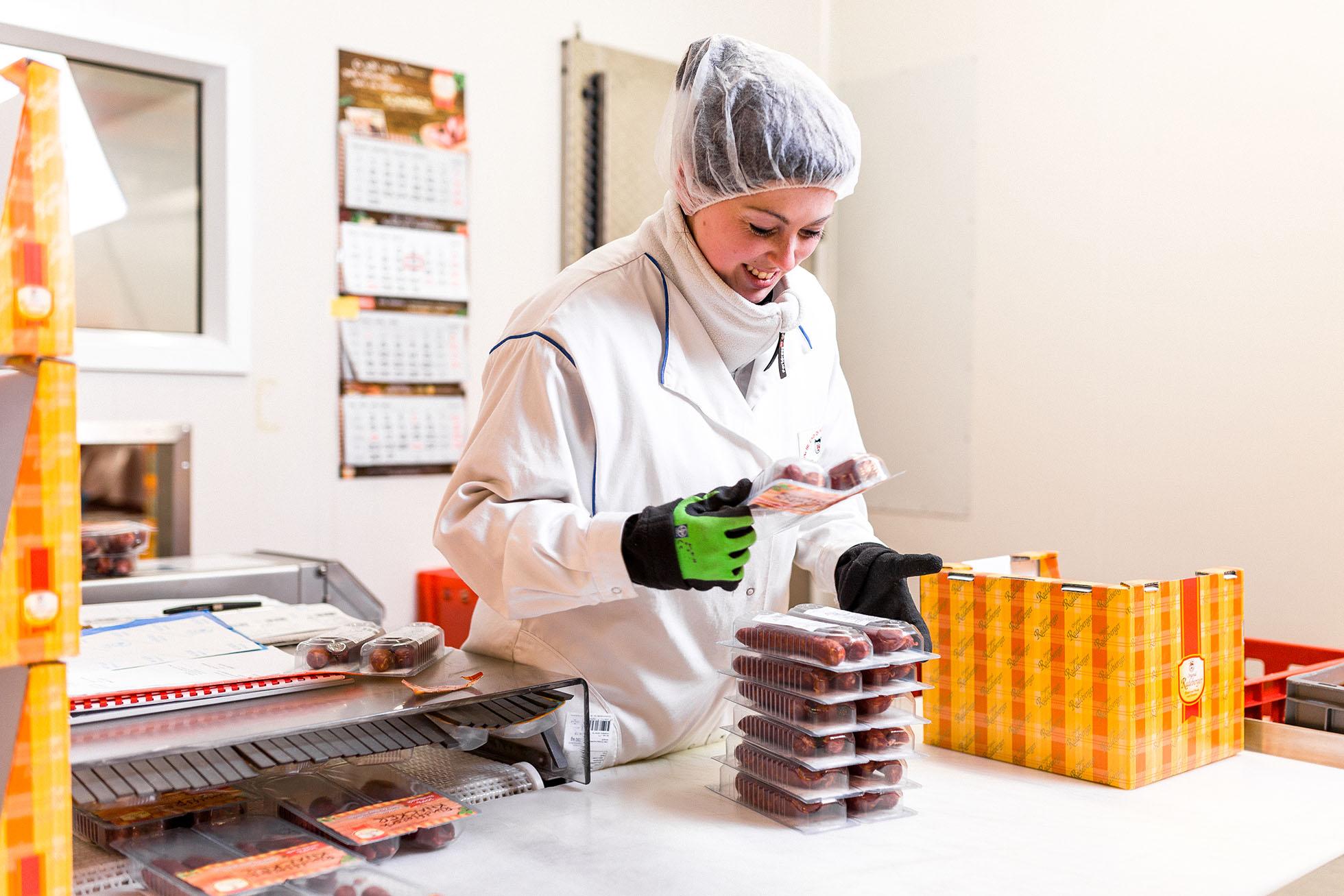 Mitarbeiterin in der Pick-Kommissionierung. Sie stellt die bestellten SB-Produkte für Kunden im Lebensmitteleinzelhandel zusammen.