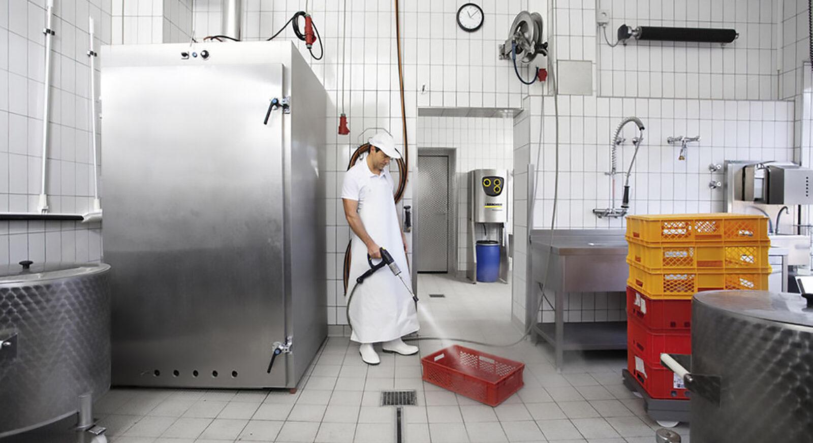 Mitarbeiter beim Arbeiten mit einem Hochdruckreiniger. Foto: Kärcher